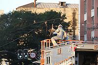 SAO PAULO, SP, 19/07/2012, QUEDA REDE TROLEIBUS. Um caminhã com excesso de altura rompeu a rede de troleibus na Av. Rangel Pestana nº 1.100 no bairro do Bras. Houve um principio de incendio, sem maiores danos ao veiculo, mas todo transito da região foi afetado  devido a interdição de duas faixas da via. Luiz Guarnieri/ Brazil Photo Press