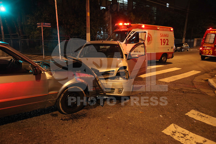 SÃO PAULO, SP, 14/07/2012, ACIDENTE RUA DOS TRILHOS. Dois veiculos colidiram na noite de ontem no cruzamento das  Rua dos Trilhos com a R. Tobias Barreto, tres pessoas ficaram feridas e foram socorridas a hospitais da região. Luiz Guarnieri/ Brazil Photo Press.