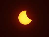 BOGOTA -COLOMBIA , 21- 8-2017. Así se vió en Fontibón en el  occidente de la capital cerca al Aeropuerto Internacional Eldorado ,el eclipse de sol , imagen captada a las 2.40pm.Thus was seen in Fontibon in the west of the capital the eclipse of sun, image captured at 2:40 pm . Photo: VizzorImage / Felipe Caicedo / Staff