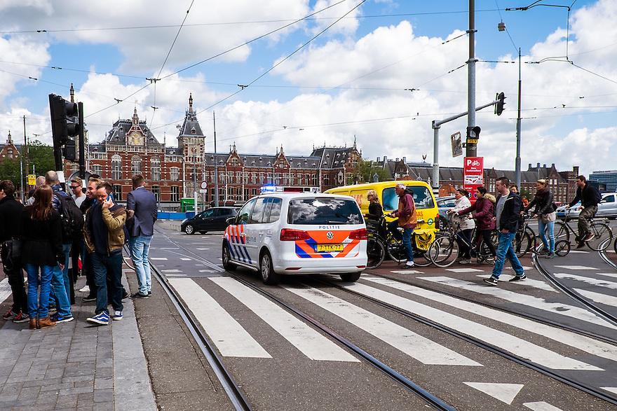 Nederland, Amsterdam, 30 mei 2015<br /> Politieauto met zwaailicht op het Damrak gaat naar een noodgeval.  <br /> Foto: Michiel Wijnbergh