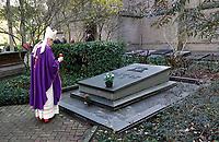 Nederland Utrecht 2018. Op 2 november (Allerzielen), de dag dat de R.K. Kerk de overledenen herdenkt, is er in de kapel van begraafplaats St. Barbara in Utrecht een Eucharistieviering met als hoofdcelebrant aartsbisschop kardinaal Eijk. Na afloop krijgen de misgangers een lichtje mee voor een te bezoeken graf. Kardinaal Eijk loopt onder meer langs de graven van de Utrechtse bisschoppen.  Foto mag niet in negatieve context worden gepubliceerd. Foto Berlinda van Dam / Hollandse Hoogte