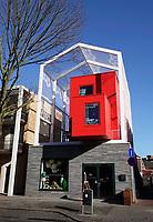 Nederland  Eindhoven. 2018.  Straat in Woensel West. Deze woonbuurt is onderdeel van de herstructurering van de wijk. Baeken Woensel-West van Bas Termeer. In dit gebouw is een hotel gevestigd : Yetty's Place.   Foto Berlinda van Dam / Hollandse Hoogte
