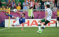 FUSSBALL  EUROPAMEISTERSCHAFT 2012   VORRUNDE Italien - Irland                       18.06.2012 Antonio Di Natale (li, Italien) gegen Sean St Ledger (re, Irland)
