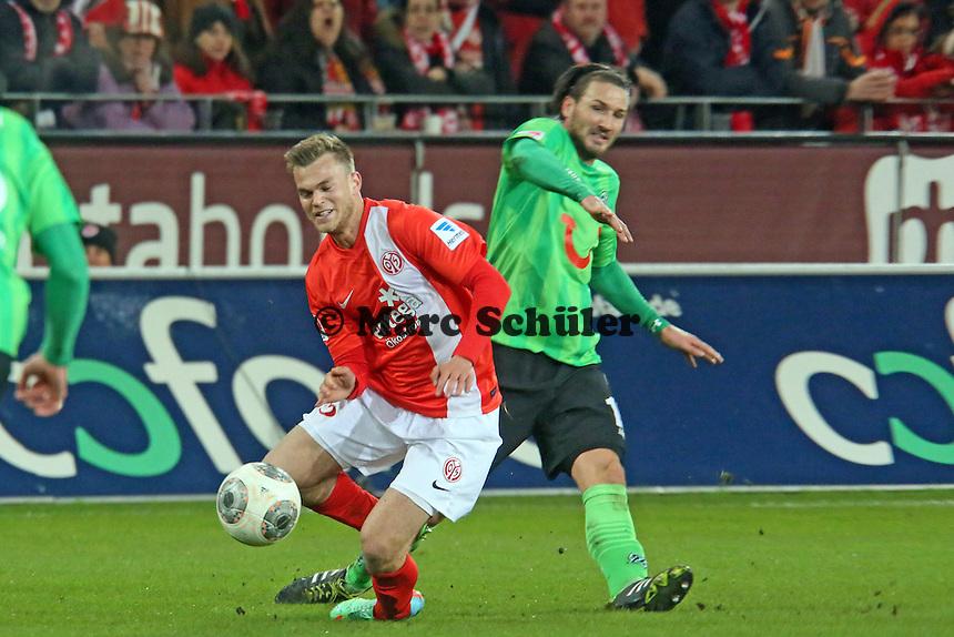 Benedikt Saller (Mainz) wird von Christian Schulz (Hannover) gestoppt - 1. FSV Mainz 05 vs. Hannover 96, Coface Arena, 21. Spieltag