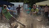 5. Matschfussball-Meisterschaft in Woellnau. Auf zwei gefluteten Aeckern wird alljaehrlich in Wöllnau (Woellnau) bei Eilenburg der Deutsche Matschfussball-Meister gesucht. Waehrend bei den Herren zehn Teams um die Schale kaempften, stritten bei den Damen vier Teams um die Ballnixe.  Ein feutfroehliches und dreckiges Spektakel, dass gut 1000 Besucher in die Duebener Heide gelockt hat. Am Ende durften bei den Herren das City Bootcamp jubeln. Sie verteidigten den Pott, bezwangen im Finale Battaune mit 3:2. Bei den Damen siegten die Volleyballerinnen aus Priestäblich (Priestaeblich).  im Bild:  Wo ist der Ball abgeblieben? Finalpaarung zwischen Battaune und City Bootcamp.   Foto: Alexander Bley