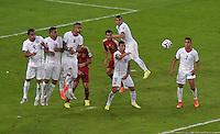 FUSSBALL WM 2014  VORRUNDE    Gruppe B     Spanien - Chile                           18.06.2014 Dichte Abwehr: Mauricio Isla, Gonzalo Jara, Arturo Vidal, Jose Fuenzalida, Alexis Sanchez (v.l, alle Chile)