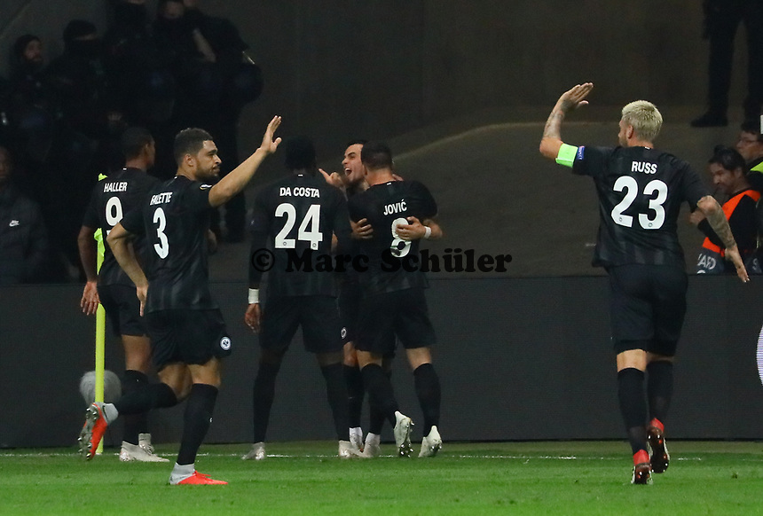 celebrate the goal, Torjubel zum 2:1 um Filip Kostic (Eintracht Frankfurt) - 04.10.2018: Eintracht Frankfurt vs. Lazio Rom, UEFA Europa League 2. Spieltag, Commerzbank Arena, DISCLAIMER: DFL regulations prohibit any use of photographs as image sequences and/or quasi-video.