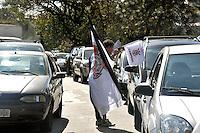 SAO PAULO, SP, 04 DE JULHO 2012 – Ambulantes aproveitam o clássico futebolistico da final da copa Libertadores da America para vender bandeiras do Corinthians no farol. (FOTO: THAIS RIBEIRO / BRAZIL PHOTO PRESS).