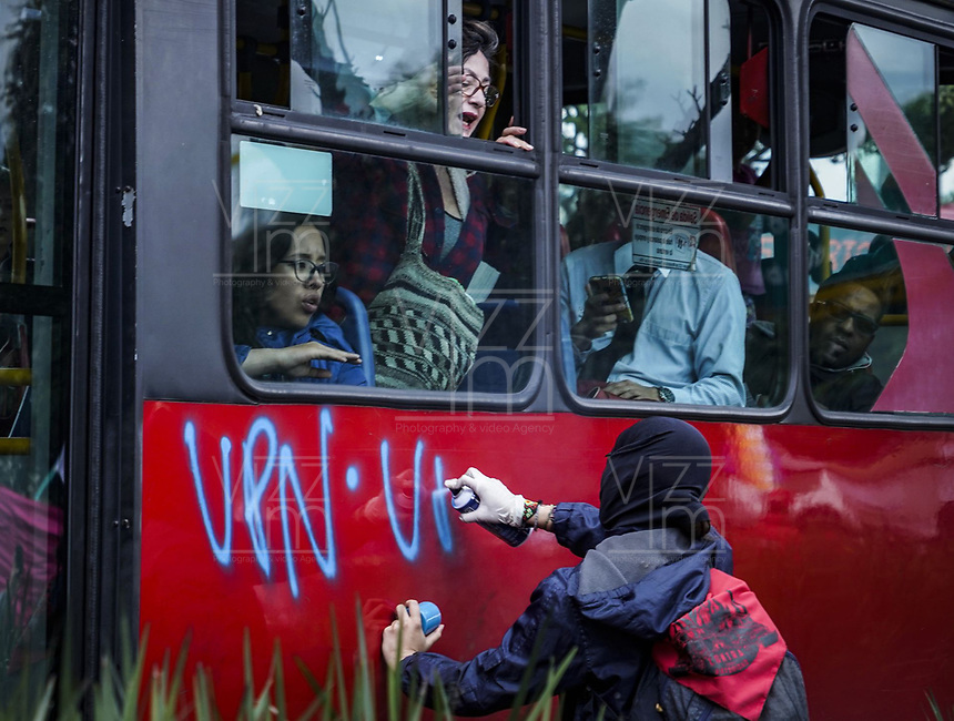 BOGOTA - COLOMBIA, 28-11-2018: Durante paro nacional en su día cuadragesimo octavo se realiza movilizacion el dia 18 de noviembre del 2018, por la Union Nacional de Estudiantes de Educacion Superior (UNEES), Fecode y La Central Unitaria de Trabajadores (CUT), exigiendo mejorar los recursos para la educacion y en contraposicion de la reforma tributaria. / During the national strike in its forty eighth day, mobilization takes place on November 28th of 2018, by la Union Nacional de Estudiantes de Educacion Superior (UNEES), Fecode y La Central Unitaria de Trabajadores (CUT), demanding to improve the resources for education and in opposition to the tax reform.. Photo: VizzorImage / Diego Cuevas / Cont