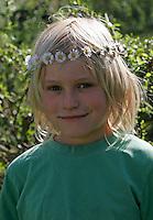 Junge mit Gänseblümchen-Kranz auf dem Kopf, Blumenkranz, Blumen-Kranz, Kranz aus Blüten, Gänseblümchen, Bellis perennis, Daisy