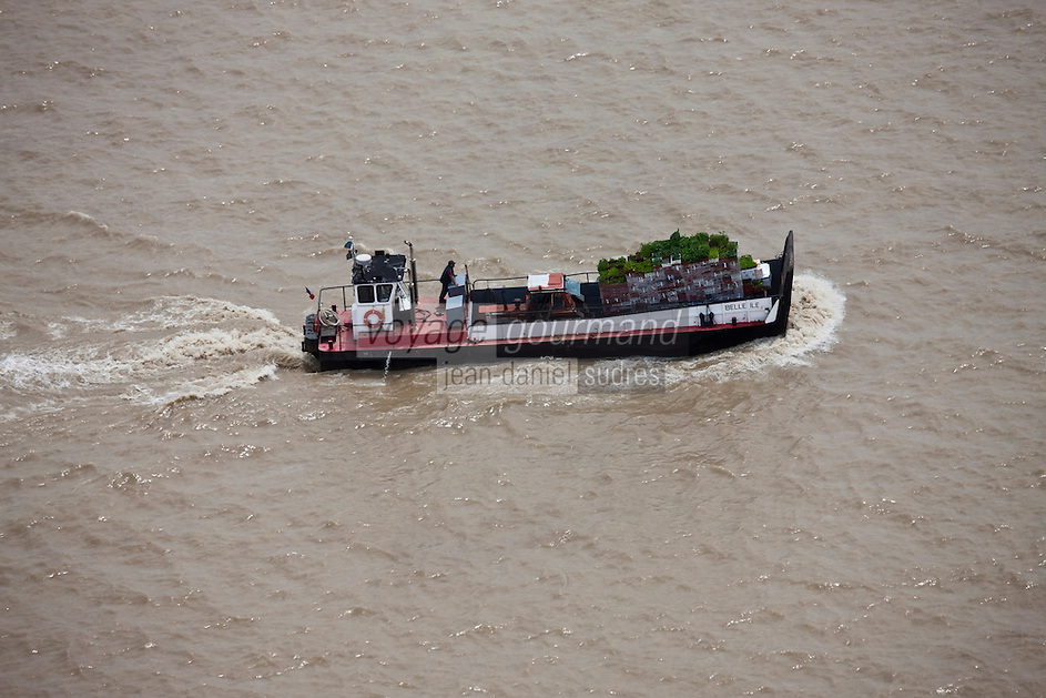 Europe/France/Aquitaine/33/Gironde/ Cussac-Fort-Médoc: Vue aérienne Estuaire de la Gironde - Barge transportant des plantes