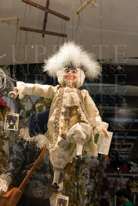 Marionette in vetrina in un negozio di Venezia.<br /> Marionettes displayed at a window shop in Venice.<br /> UPDATE IMAGES PRESS/Riccardo De Luca