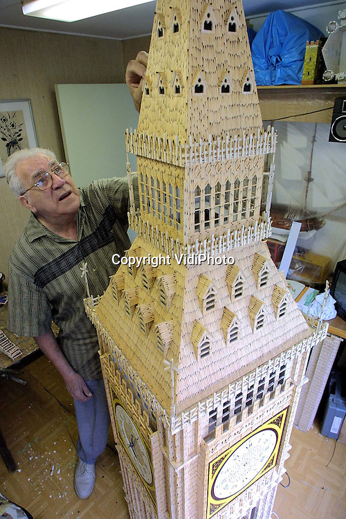 Foto: VidiPhoto..ZEVENAAR - De zeventigjarige kunstenaar Coen van Os uit Mijdrecht bouwt aan zijn levenswerk: de Londense Big Ben. De Toren wordt helemaal van verbrande lucifers opgetrokken en krijgt een hoogte van 4,5 meter. Deze herfst moet het project klaar zijn. In totaal worden 4 miljoen lucifers gebruikt. Behalve dat Van Os daarmee ruimschoots in het Guiness Book of Records komt, weet hij zeker dat niemand hem dit nadoet. De speciale lucifers die hij gebruikt verdwijnen namelijk uit de handel. Foto: Van Os aan het werk in zijn studio.