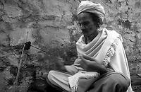 11.2010 Pushkar (Rajasthan)<br /> <br /> Monk braiding beard of died sadhu.<br /> <br /> Moine en train de tresser avec les poils d'une barbe d'un sadhu mort.