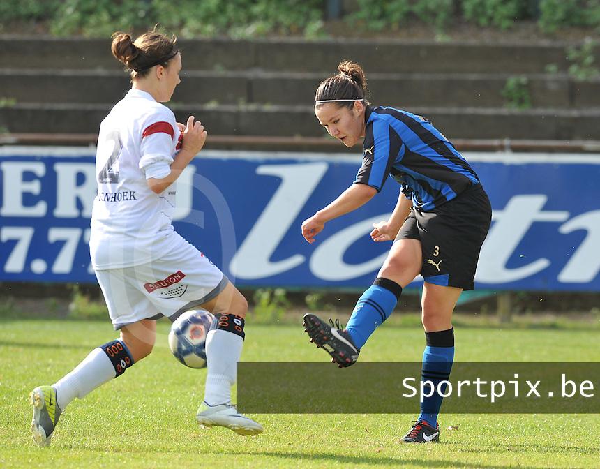 Club Brugge Dames - OHL Oud Heverlee Leuven Dames : Elien Van Wynendaele aan de bal voor Femke Houben.Foto David Catry / Vrouwenteam.be