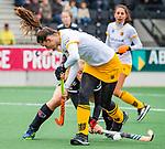 AMSTELVEEN - Lidewij Welten (DenBosch) met Melanie van Rijn (Adam)  tijdens de hoofdklasse hockeywedstrijd dames,  Amsterdam-Den Bosch (1-1).   COPYRIGHT KOEN SUYK