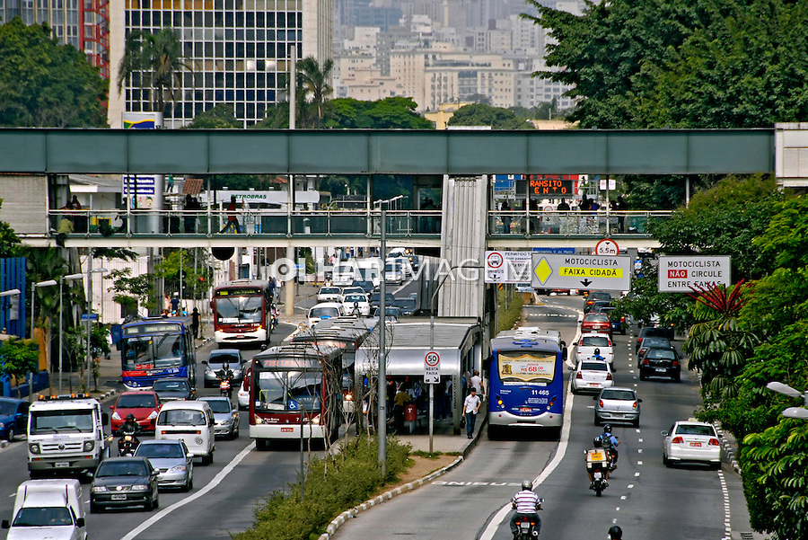 Faixa exclusiva de õnibus na avenida Rebouças. São Paulo. 2007. Foto de Juca Martins.
