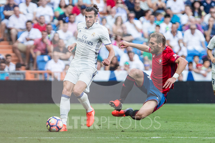 Real Madrid's Garet Bale an Club Atletico Osasuna's during the match of La Liga between Real Madrid and Club Atletico Osasuna at Santiago Bernabeu Estadium in Madrid. September 10, 2016. (ALTERPHOTOS/Rodrigo Jimenez)