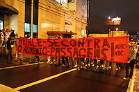 SÃO BERNARDO DO CAMPO,01- JULHO 2013 - PROTESTO CONTRA AUMENTO TARIFA - Manifestantes protestam contra o aumneto de tarifa em São bernardo do Campo na noite desta segunda feira (01).FOTO ALE VIANNA - BRAZIL PHOTO PRESS