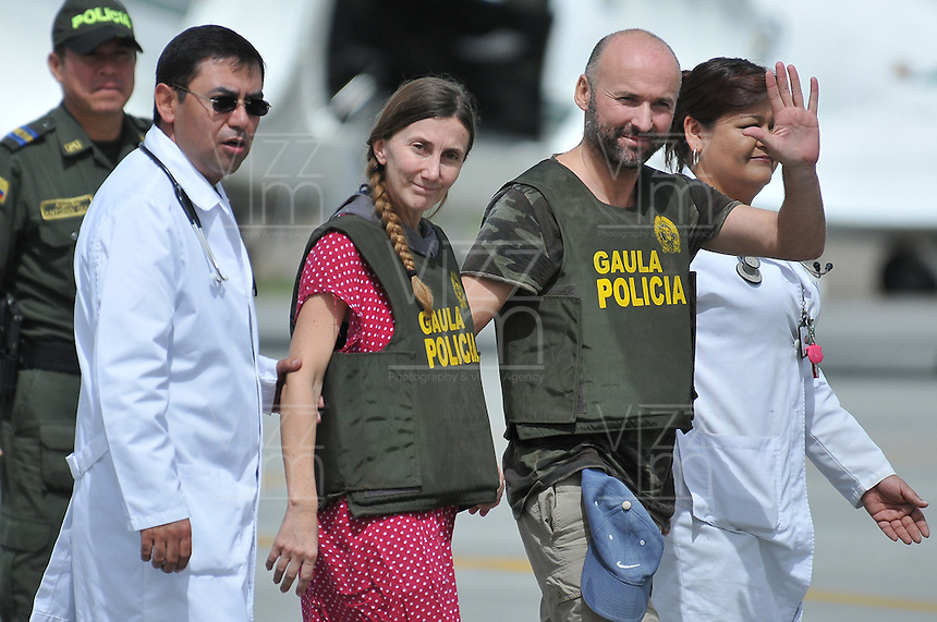 BOGOTÁ -COLOMBIA. 15-06-2013.  Ángel Sánchez Fernández y  María Marlaska Sedano a su llegada a la ciudad de Bogotá, Colombia después de haber sido rescatados por el Gaula de la Policía Nacional en el departamento de La Guajira, Colombia./ Angel Sanchez Fernandez and MariS Marlaska Sedano during thieir arrival to Bogotá, Colombia after being recaed by Gaula of National Police of Colombia in Rioacha department. Photo: VizzorImage/Mauricio Orjuela/MDC/ CONT<br />