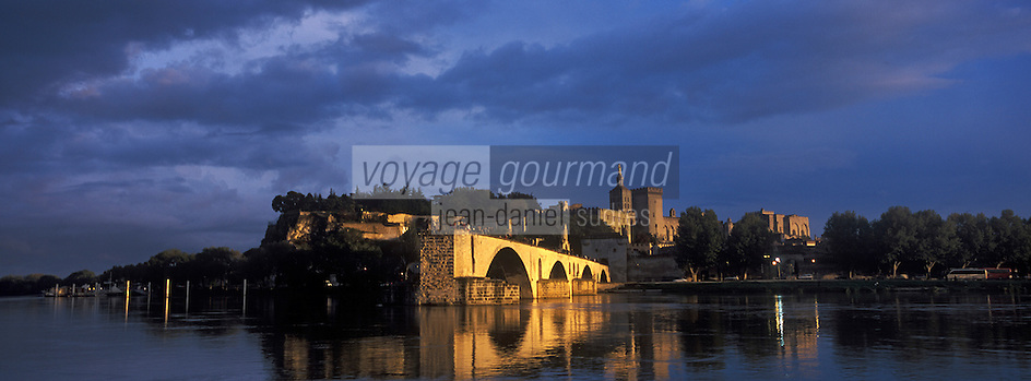 Europe/France/Provence-Alpes-Côte- d'Azur/84/Vaucluse/Avignon: le Pont St-Bènèzet sur le Rhone, le Palais des Papes, de la Cathédrale Notre Dame des Doms