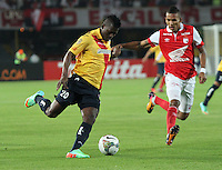 BOGOTA -COLOMBIA. 04-02-2014. Francisco Meza ( Der) de Independiente Santa Fe de Colombia disputa el balon contra Riascos Barahona del Morelia de Mexico durante el partido de vuelta de La Copa Bridgestone Libertadores de America   disputado en el estadio El Campin. / Francisco Meza  (R)  of Independiente Santa Fe of Colombia fights for the ball against Morelia of Mexico Riascos Barahona  during the second leg of the Copa Libertadores de America Bridgestone played at El Campin stadium . Photo: VizzorImage / Felipe Caicedo / Staff