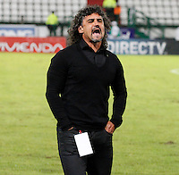 MANIZALES -COLOMBIA, 23-11-2013. Leonel Alvarez técnico del Deportivo Cali gesticula durante particon contra Once Caldas durante partido por la fecha 3 de los cuadrangulares finales de la Liga Postobón II 2013 jugado en el estadio Palogrande de la ciudad de Manizales./ Deportivo Cali coach Leonel Alvarez gestures during match against Once Caldas for the 3rd date of final quadrangulars of the Postobon  League II 2013 at Palogrande stadium in Manizales city. Photo: VizzorImage/Santiago Osorio/STR