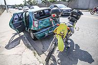 SAO PAULO, SP, 08.04.2015 - CAPOTAMENTO GUIDO CALOI - Acidente envolvendo dois automóveis e uma moto, na avenida Guido Caloi, zona Sul de São Paulo, nesta quinta-feira (9). Um dos carros acabou capotando após uma colisão frontal com outro carro e uma moto. O motociclista ficou ferido e foi levado em estado grave para hospital da região. (Douglas Pingituro / Brazil Photo Press