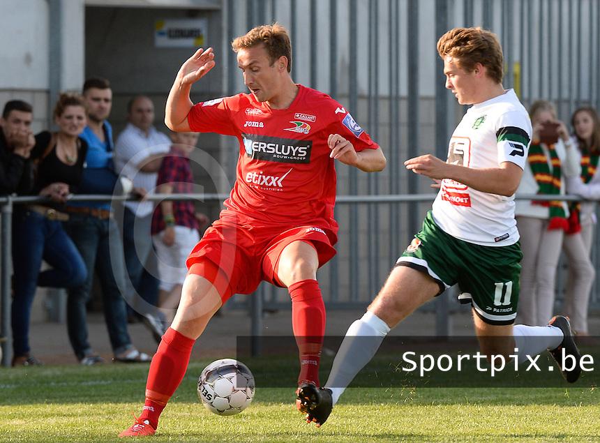 Torhout KM - KV Oostende : Niels De Schutter (links) aan de bal voor Ward Stubbe (r)<br /> foto VDB / BART VANDENBROUCKE