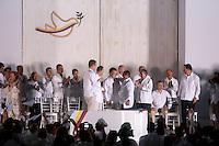 CARTAGENA- COLOMBIA -26-09-2016: Juan Manuel Santos, Presidente de Colombia y Rodrigo Londoño, Comandante de las Fuerzas Armadas Revolucionarias de Colombia Ejercito del Pueblo, se saludan durante la firma del acuerdo de Paz entre el gobierno de Colombia y la guerrilla de izquierda de las Fuerzas Armadas Revolucionarias de Colombia Ejercito del Pueblo (FARC EP) / Juan Manuel Santos, President of Colombia and Rodrigo Londoño, Commander of the Revolutionary Armed Forces of Colombia People's Army, make a greet during the signing of the peace agreement between the government of Colombia and leftist guerrillas of the Revolutionary Armed Forces of Colombia People's Army (FARC EP) Photo: VizzorImage / Ivan Valencia / Cont.