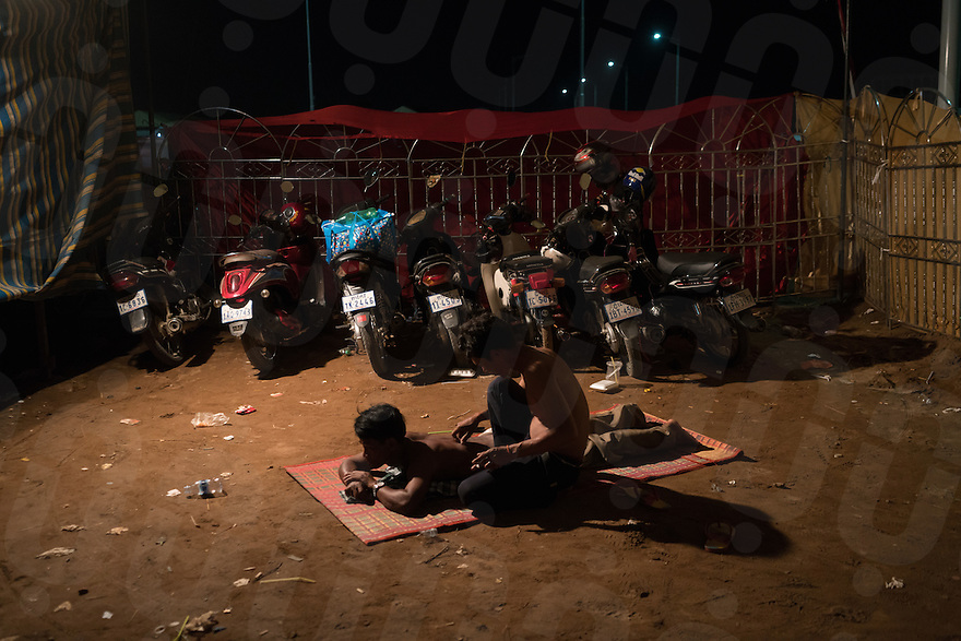 November 14, 2016 - Phnom Penh (Cambodia). A guy massages a friend inside the tent camp built by the authorities for the participants of the festival. © Thomas Cristofoletti / Ruom