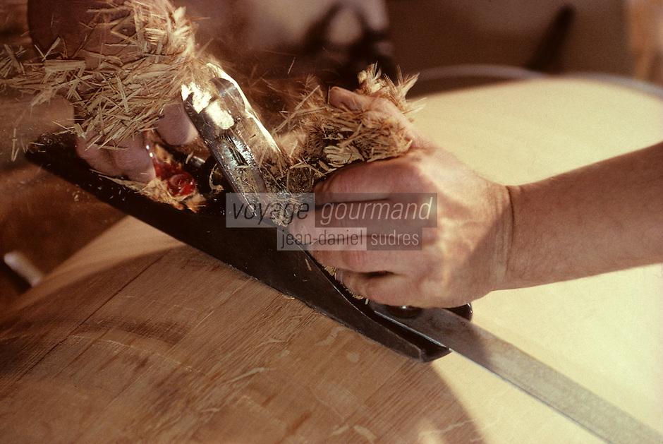 Europe/France/Poitou-Charentes/16/Charente/Cognac/Tonnellerie Seguin Moreau: Rabotage<br /> PHOTO D'ARCHIVES // ARCHIVAL IMAGES<br /> FRANCE 1990