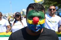 RIO DE JANEIRO, RJ, 12.04.2015 - PROTESTO CONTRA DILMA / RIO DE JANEIRO - Manifestantes caminham pela orla de Copacabana no ato de protesto contra o governo da presidente Dilma Rousseff, na manhã deste domingo (12). (Foto: Jorge Hely / Brazil Photo Press).