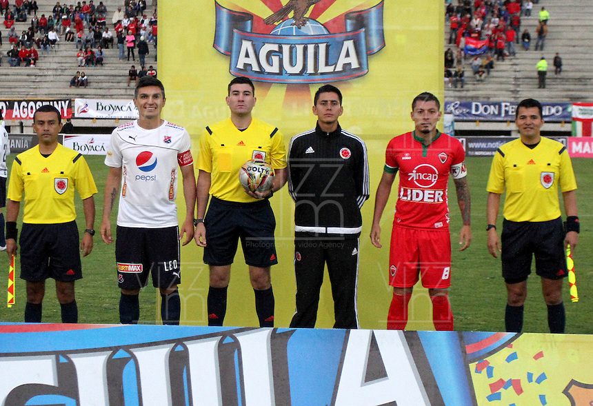 TUNJA -COLOMBIA, 06-03-2016. Ricardo Garcia, arbitro, junto a los capitanes Daniel Torres del Medellín y Leonardo Pico de Patiotas previo al encuentro entre Patriotas FC e Independiente Medellín por la fecha 8 de la Liga Águila I 2016 realizado en el estadio La Independencia de Tunja./ Ricardo garcia, referee, with the captains Daniel Torres of Medellin and Leonardo Pico of Patriotas prior the match between Patriotas FC and Independiente Medellin for the date 8 of Aguila League I 2016 played at La Independencia stadium in Tunja. Photo: VizzorImage/César Melgarejo/ Cont