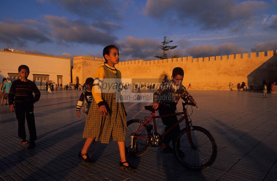 Afrique/Afrique du Nord/Maghreb/Maroc/Essaouira : Enfants Place Moulay Hassan devant les remparts de la cité dans la lumière du soir