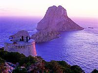 Spanien, Balearen, Ibiza (Eivissa): Turm Torre des Savinar und die Inseln Es Vedra und Es Vedranell | Spain, Balearic Islands, Ibiza (Eivissa): Tower Torre des Savinar and the islands Es Vedra and Es Vedranell