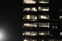 SAO PAULO, SP, 17 de junho 2013-Funcionario de de escritorio ve a manifestacao das janelas de um predio na Av Brigadeiro Faria Lima    ADRIANO LIMA / BRAZIL PHOTO PRESS).