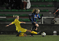 Club Brugge Dames - WB Sinaai Girls : de tackle van Sofie van Troyen op Silke Demeyere.foto DAVID CATRY / Vrouwenteam.be