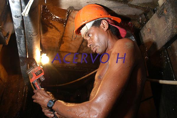 Garimpo do Galo <br /> Garimpeiro entra no tunel de 68 mts procura de ouro.<br /> O garimpo que fica cerca de 80 km de Altamira &eacute; um dos muitos da regi&atilde;o a usar merc&uacute;rio para extra&ccedil;&atilde;o do metal.<br /> Senador Jos&eacute; Porf&iacute;rio, Par&aacute;, Brasil.<br /> Foto Paulo Santos