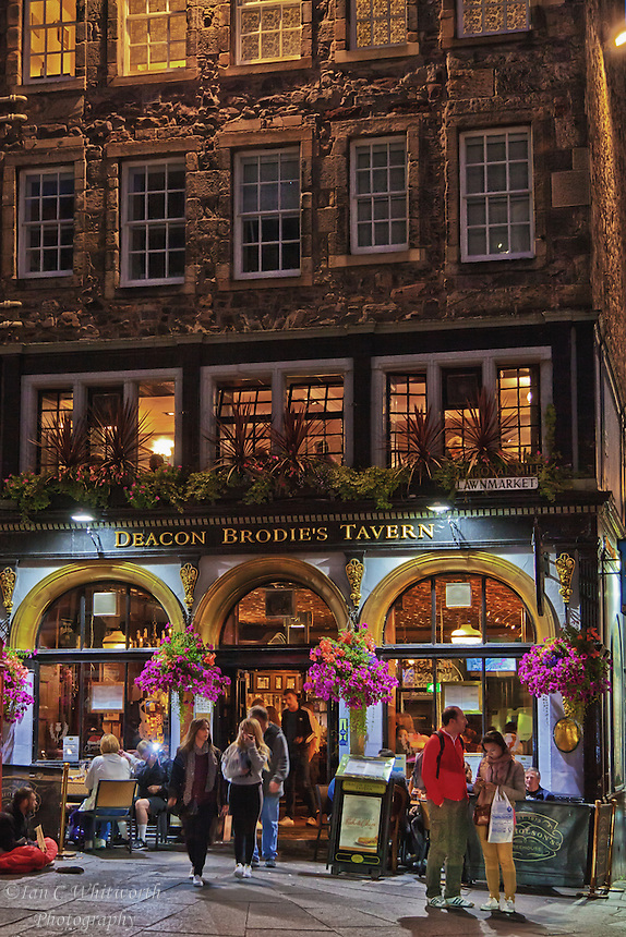 Deacon Broadie's Tavern in Edinburgh at night.