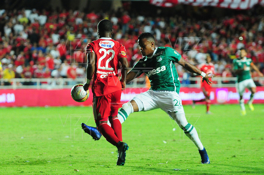 CALI -COLOMBIA-11-08-2016: Arnold Palacios (Izq) jugador de América Cali disputa el balón con John Pajoy (Der) jugador de Deportivo Cali durante partido de los octavos de final de la Copa Águila 2016 jugado en el estadio Pascual Guerrero de la ciudad de Cali. / Arnold Palacios (L) player of America de Cali struggles the ball with John Pajoy (R) player of Deportivo Cali during the match of the knockout final of the Aguila Cup 2016 played at Pascual Guerrero stadium in Cali. Photo: VizzorImage/ NR /