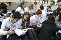 Studenti studiano davanti Montecitorio