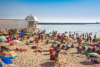 Spanien, Andalusien, Cadiz: belebter Strand Playa La Caleta an einem sonnigen Nachmittag | Spain, Andalusia, Cadiz: View over the busy Playa La Caleta on a sunny summer afternoon