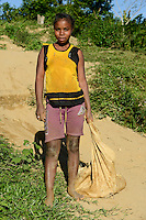 MADAGASCAR, region Manajary, town Vohilava, small scale gold mining, children panning for gold at river ANDRANGARANGA, girl Sara 12 years old / MADAGASKAR Mananjary, Vohilava, kleingewerblicher Goldabbau, Kinder waschen Gold am Fluss ANDRANGARANGA, Maedchen SARA12 Jahre schleppt neues Geroell aus der Mine heran