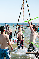 Scouts playing beach volleyball in the water at the beach. Photo: Audun Ingebrigtsen / Scouterna
