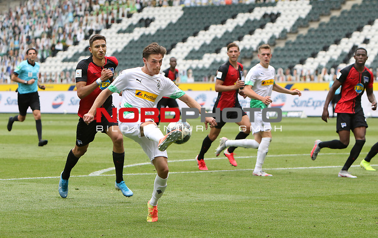 Gladbachs Jonas Hofmann (vorne am Ball ) - hinter ihm kommt der Berliner Marko Grujic (Nr 15) zu spaet -<br />