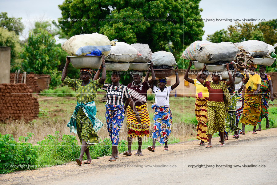 BURKINA FASO, Provinz Poni, Gaoua, women from villages carry charcoal for income generation to the market in town / Frauen aus Doerfern tragen Produkte wie Feuerholz und Holzkohle zum Markt in der Stadt