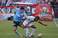 BARRANQUILLA- COLOMBIA -26 -07-2015: Roberto Ovelar (Izq.) jugador de Atletico Junior disputa el balón con Yonni Hinestroza (Der.) jugador de Cortulua, durante partido entre Atletico Junior y Cortulua, por la fecha 3 de la Liga Aguila II-2015, jugado en el estadio Metropolitano Roberto Melendez de la ciudad de Barranquilla. / Roberto Ovelar (L) player of Atletico Junior vies for the ball with Yonni Hinestroza (R) player of Cortulua, during a match between Atletico Junior and Cortulua , for the date 3 of the Liga Aguila II-2015 at the Metropolitano Roberto Melendez Stadium in Barranquilla city, Photo: VizzorImage. / Alfonso Cervantes / Cont.