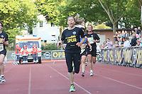 Franziska Pfeffer kommt als erste Frau ins Ziel - 4. OPEL Firmenlauf, Stadion am Sommerdamm