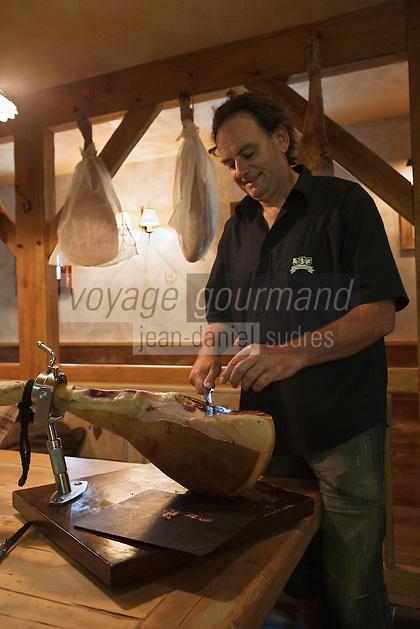 Europe/France/Midi-Pyrénées/65/Hautes-Pyrénées/Vignec: Jean-Michel Coustalat découpe son Jambon de porc noir de Bigorre au  restaurant L'Authentique Vignecois